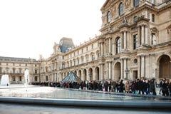 Les gens attendant dans une file d'attente pour visiter le musée de Louvre image libre de droits