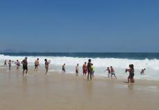 Les gens attendant la vague chez Copacabana échouent Images stock