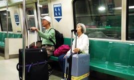 Les gens attendant le train à la station de MRT photo stock