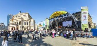 Les gens attendant les politiciens devant le vieux théatre de l'opéra i Image libre de droits