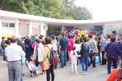 Les gens attendant pour acheter des billets de parc Photographie stock