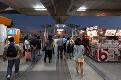 Les gens attendant pour sortir à la station de train de BTS Mo Chit photographie stock libre de droits