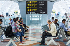 Les gens attendent à l'aéroport Photos libres de droits