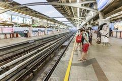 Les gens attendent à la station Mo Shit le prochain train Photographie stock