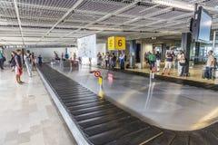 Les gens attendent des bagages dans le terminal de Marseille Photographie stock