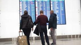 Les gens attendent le départ dans l'aéroport, panneau de départ, affichage électronique d'horaire d'aéroport, statique ?lectroniq banque de vidéos