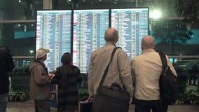 Les gens attendent le départ dans l'aéroport, panneau de départ, affichage électronique d'horaire d'aéroport, statique ?lectroniq clips vidéos