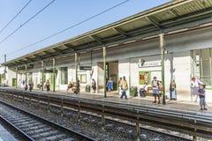 Les gens attendent le prochain train à la station Alser Strasse Images libres de droits