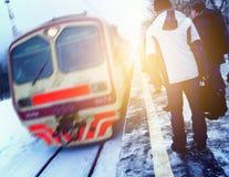 Les gens attendent le train, précipitation pour travailler, fond brouillé de mouvement image libre de droits