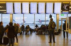 Les gens attendent sur l'aéroport Photographie stock libre de droits