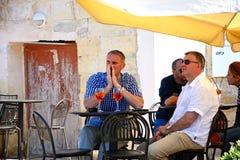 Les gens au café de trottoir, Vittoriosa Photo libre de droits