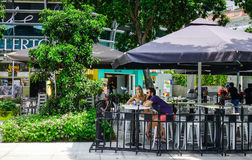 Les gens au café en Marina Bay, Singapour images libres de droits