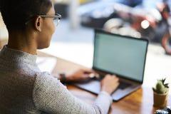 Les gens au campus universitaire du travail n utilisant la connexion sans fil gratuite à l'Internet Photos stock
