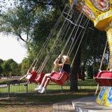 Les gens au carrousel d'attraction Photos stock