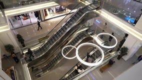 Les gens au centre commercial d'escalators clips vidéos