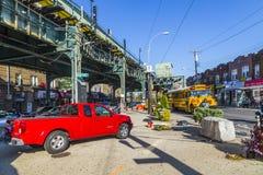 Les gens au croisement avenue de poids du commerce de sorts de station de métro à la nouvelle dans l'ea Photos stock