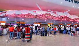 Les gens au départ Hall dans l'aéroport de KLIA, Malaisie Photos stock