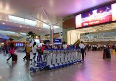 Les gens au départ Hall dans l'aéroport de KLIA, Malaisie Photo libre de droits
