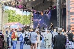 Les gens au festival dans la scène de musique images stock