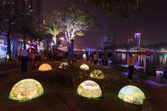 Les gens au festival de lanterne à Kaohsiung, Taïwan par la rivière d'amour Photos stock