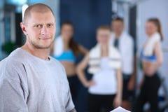 Les gens au gymnase se tenant ensemble Photographie stock