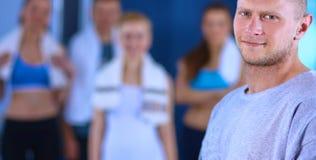Les gens au gymnase se tenant ensemble Photos libres de droits
