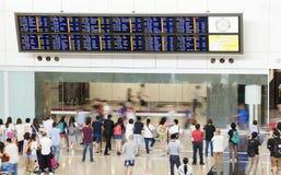 Les gens au hall d'arrivée d'un aéroport Photos libres de droits