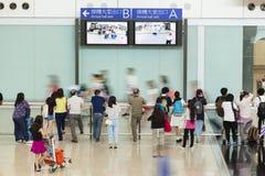 Les gens au hall d'arrivée d'un aéroport Photographie stock