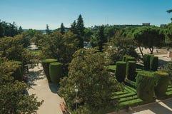 Les gens au jardin soigné de Sabatini à Madrid photos stock