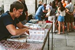 Les gens au marché collectable des timbres et des pièces de monnaie dans la plaza mA Photographie stock libre de droits