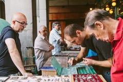 Les gens au marché collectable des timbres et du Coi Photo libre de droits