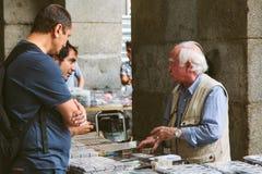 Les gens au marché collectable des timbres et du Coi Image stock