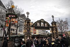 Les gens au marché de Noël à Cologne, Allemagne Photographie stock libre de droits
