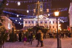 Les gens au marché de Noël dans Tartu, Estonie Photo stock