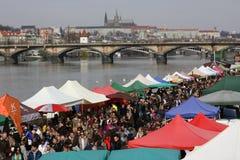 Les gens au marché populaire d'agriculteurs à la rive de Naplavka à Prague Images libres de droits