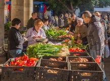 Les gens au marché végétal d'hiver, Catalogne, Espagne Photo stock