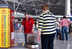 Les gens au paquet de porte-bagages à l'aéroport de Vnukovo, Moscou, Russie Image libre de droits