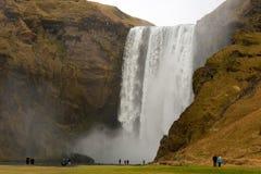 Les gens au paysage de cascade de skogafoss Photo libre de droits