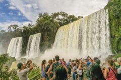 Les gens au paysage de cascades de parc d'Iguazu Photo stock