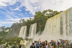 Les gens au paysage de cascades de parc d'Iguazu Photographie stock