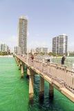 Les gens au pilier sur la plage de jade Photo libre de droits