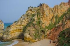 Les gens au Praia arénacé font la plage de Camilo près de Lagos, Portugal images stock