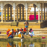 Les gens au rituell lavant dans le lac saint dans Pushkar, Inde Images libres de droits