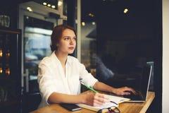 Les gens au smartphone de travail tout en attendant l'ami dans les réseaux sociaux par l'intermédiaire de Image stock