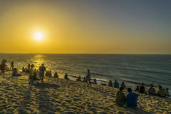 Les gens au sommet de la dune à la plage de Jericoacoara Image libre de droits