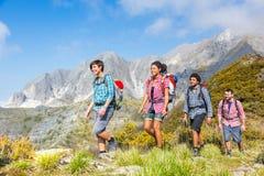 Les gens au sommet de la montagne Photos libres de droits