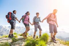 Les gens au sommet de la montagne Image stock