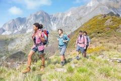 Les gens au sommet de la montagne Photographie stock