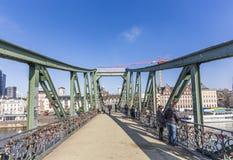 Les gens au steg célèbre d'Eiserner avec amour ferment à clef au-dessus de la rivière mA Photographie stock