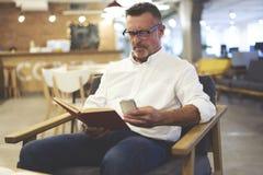 Les gens au travail avec des disciples dans les réseaux sociaux utilisant le téléphone se sont reliés au wifi Photo stock